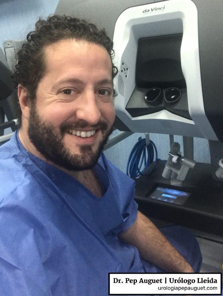 Hoy toca cirugía robótica. Aquí me tenéis frente a la consola del Robot Da Vinci que utilizamos en el Hospital Arnau de Vilanova de Lleida.